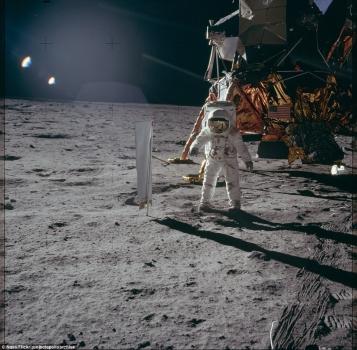 太陽神11號太空人杭思朗在月球上的照片