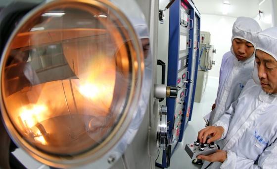 工人在展示太空玻璃產品