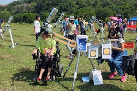 坐輪椅人仕觀測太陽黑子