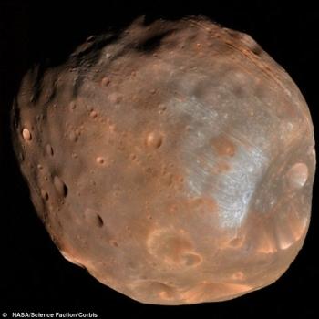 火衛一表面的神秘凹坑和引力最大的地方相平行