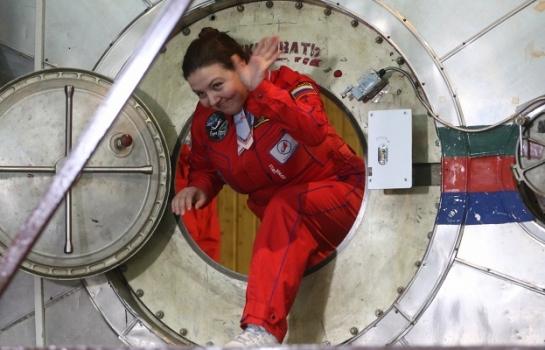 女志願者完成測試踏出試驗艙