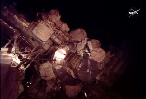 太空人在太空站外修理氨氣冷卻系統工作情況