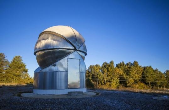 0.45米寬視場望遠鏡的全開合式圓頂室