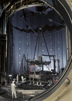 工程師視察第二塊鏡片安裝工作