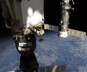 進步號貨運太空船停泊在國際太空站俄羅斯艙段