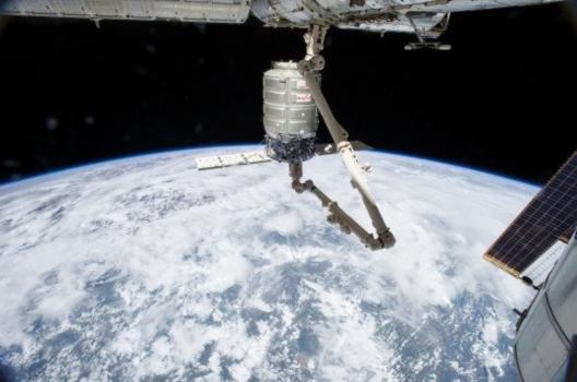 國際太空站上機械臂抓住天鵝座太空船