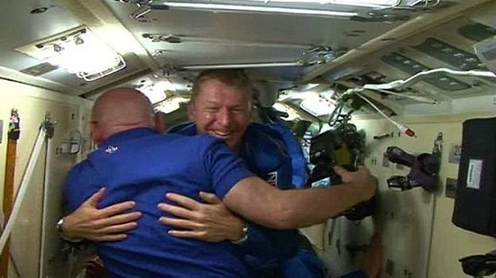 英國太空人與太空空迎接他的太空人擁抱
