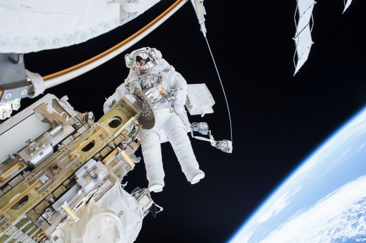 提摩太·科普拉在太空站外修理軌道車