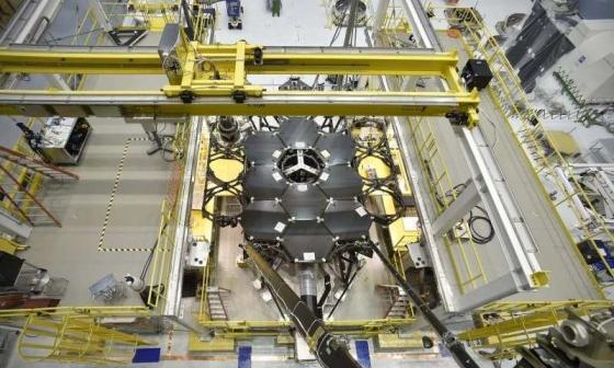 望遠鏡已經完成一半的鏡片安裝工作