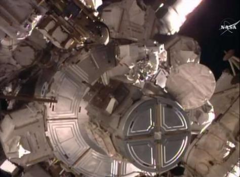 英國太空人預備出去太空漫步