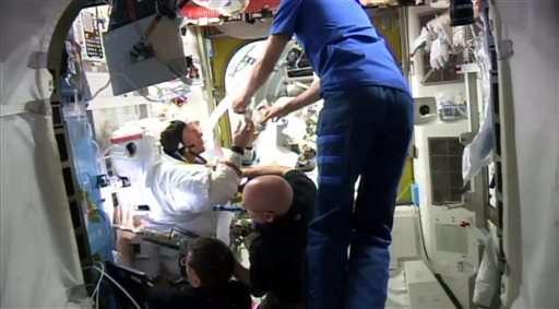 其他太空人協助檢查科普拉的頭盔