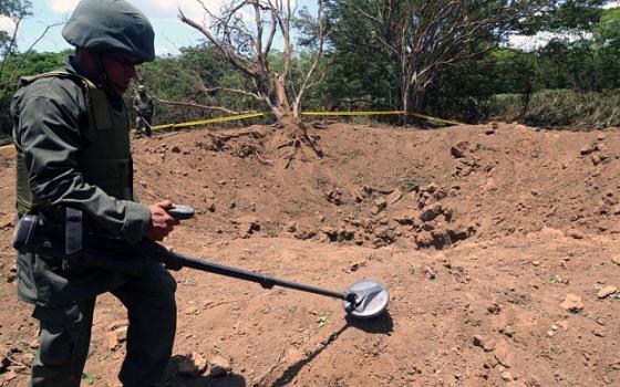 印度軍警探測坑穴的墜落物體