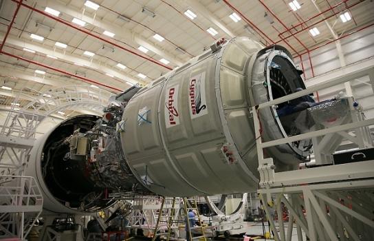 天鵝座貨運太空船預備安裝在擎天神火箭