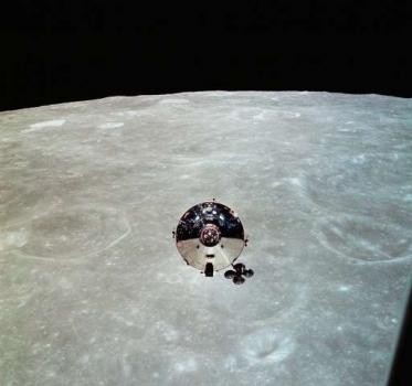由登月艙拍攝的太陽神十號指令艙