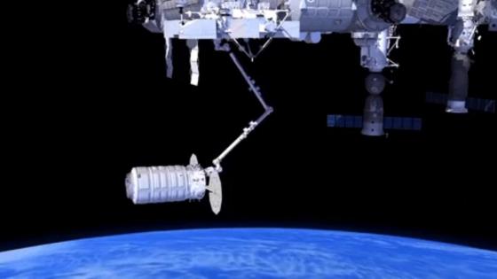國際太空站機械臂抓住天鵝座貨運太空船