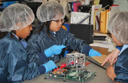 小學生正在裝配微型衛星