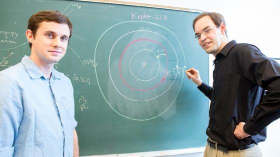 兩位刻卜勒-233恆星的行星系統研究學者