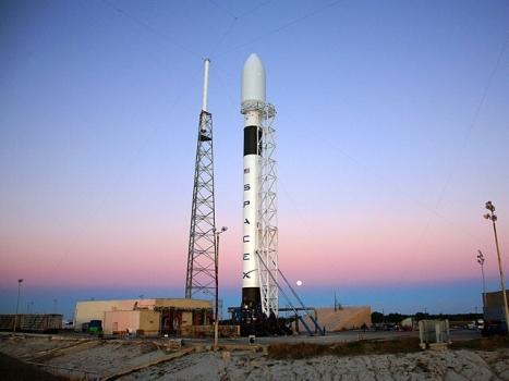 獵鷹九號火箭在發射台等待發射升空