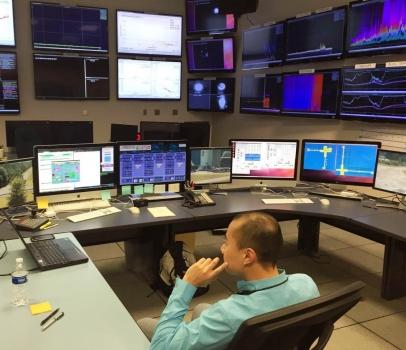 黎冠峰教授在路易斯安那州列文斯頓的控制室