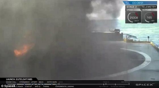 獵鷹九號火箭降落海上回收台時迅速燃燒解體
