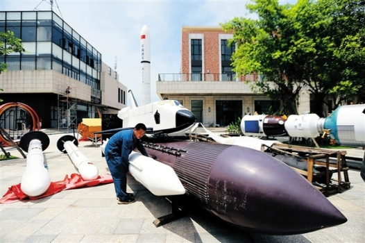 工人正在搬運剛剛運到的航天主題展品