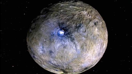 這張假色照片突出穀神星表面不同物質的差異