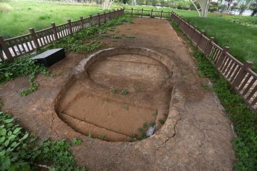 外形似日月的貝琳夫婦合葬墓地