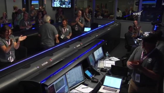 控制中心工作人員拍手歡呼慶祝朱諾號成功進入木星軌道