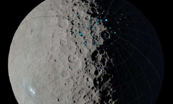 穀神星上隕石坑有藍色點的地區可能有冰的存在