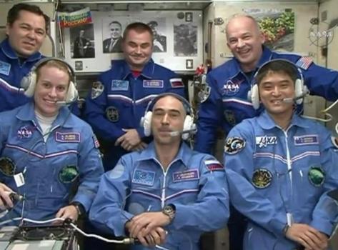 三位太空人(前排)抵達太空站與其他太空人合照