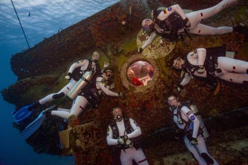 太空人在水底進行模擬任務訓練