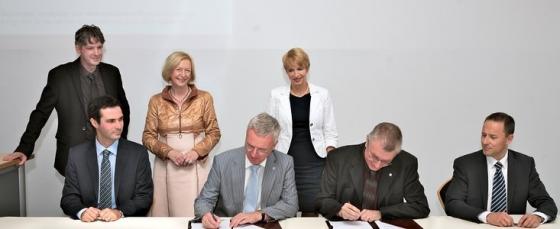 歐洲南方天文台建造新一代光譜儀的簽約儀式