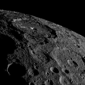 擁有亮斑的歐卡托撞擊隕石坑