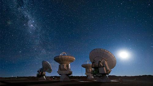 觀測射電爆發的巨型碟狀射電望遠鏡