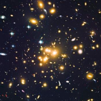 Abell 1689大質量星系對背景星系產生重力透鏡效應