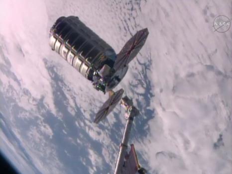 天鵝號太空船脫離國際太空站的照片