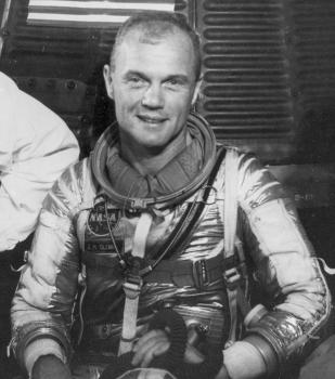 小尊·赫歇爾·格倫穿著乘搭友誼七號的太空衣