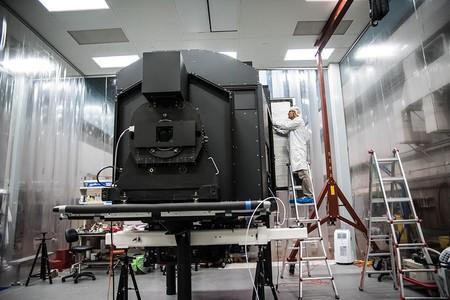 在無塵靜室作最後測試的凱克宇宙網狀結構攝影機