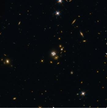 前景星系周圍產生了來自遙遠類星體的四個影像