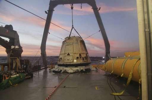 正在回收的天龍號貨運太空船