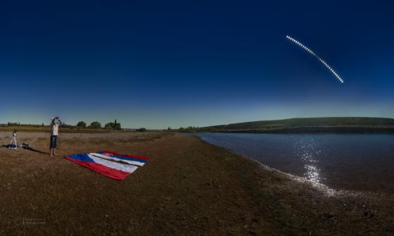2月26日何拉力在巴塔哥尼亞拍攝日環食照片