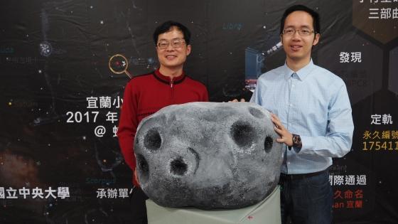 宜蘭小行星發現者林宏欽(左)及葉泉志(右)