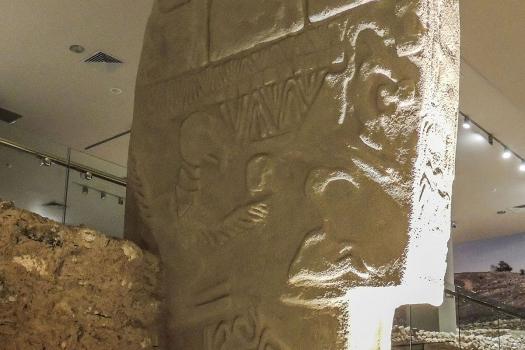 哥貝克力石陣一塊石頭上的古老雕刻符號