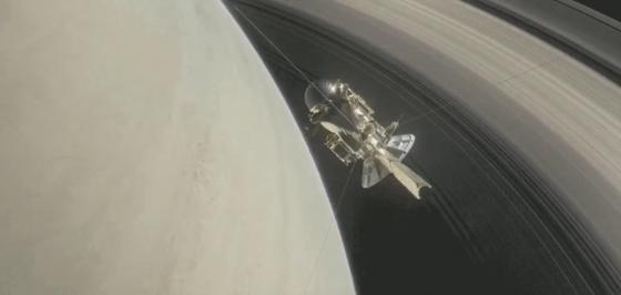 卡西尼號穿越土星環時收起天線保護太空船