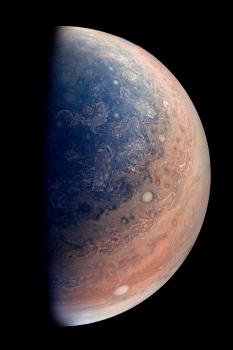 木星南極上空藍色的雲帶和絲狀的空氣流