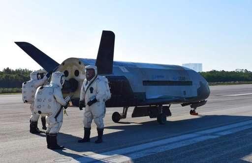 工作人員檢查降落後的X-37B無人駕駛自動太空飛機