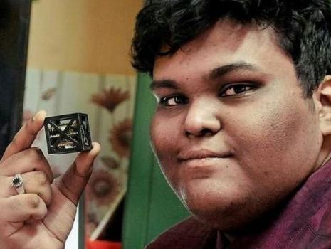 希陸和他研發的「話語」微型衛星