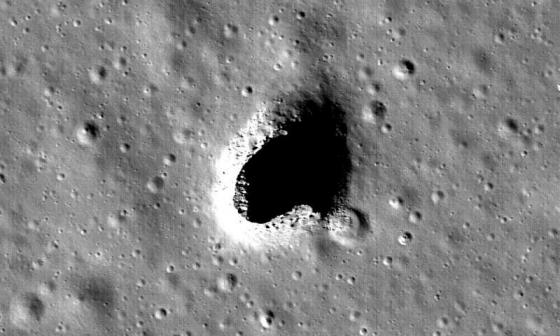 月球馬呂斯火山地區表面上的熔岩洞口