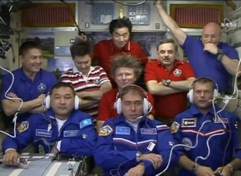 九位太空人在國際太空站合照
