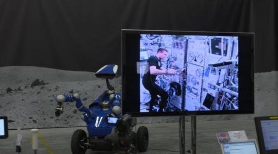 太空人在國際太空站上遙控地面的機械人運作